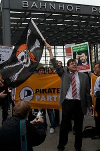 Tauss schwenkt Piratenflagge